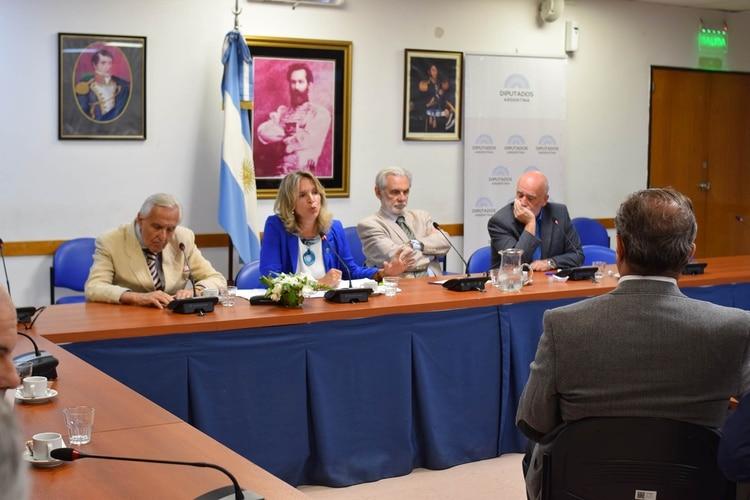 Rosendo Fraga y Lourdes Puente junto a otros expositores ( Fernando Morales )