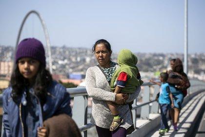 Las imágenes de madres y padres centroamericanos caminando con sus niños se repitió durante todo el domingo(AFP /Guillermo Arias)