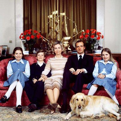 Sofía, Juan Carlos y sus hijos Elena, Felipe y Cristina en el Palacio de la Zarzuela (Shutterstock)