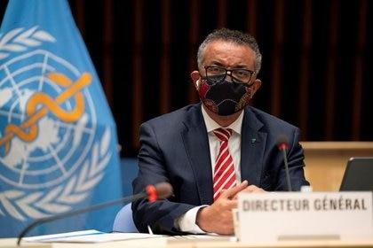 El director general de la Organización Mundial de la Salud (OMS), Tedros Adhanom Ghebreyesus, asistiendo a una sesión sobre la respuesta al brote de coronavirus en el Directorio Ejecutivo de la OMS en Ginebra, Suiza. 5 de octubre, 2020. Christopher Black/OMS/Handout via REUTERS