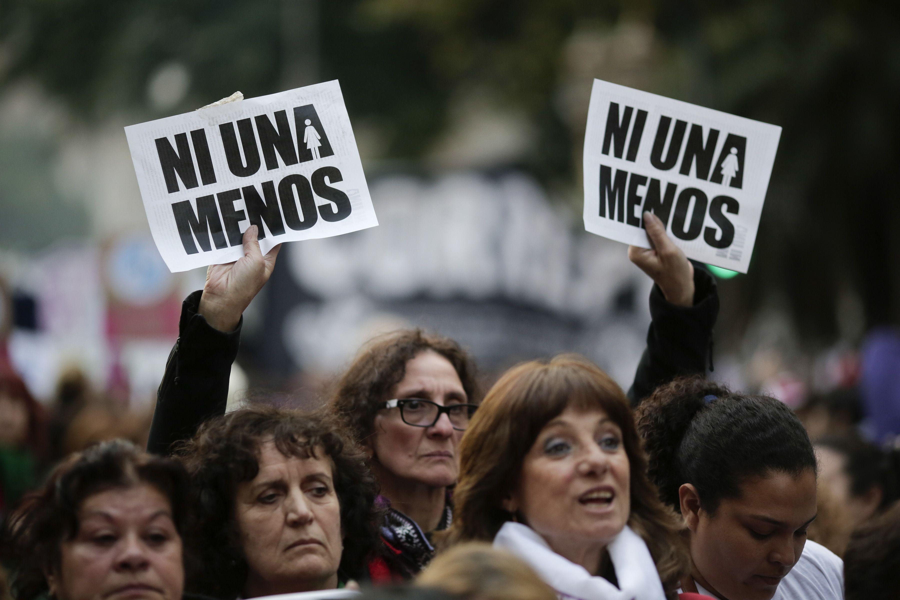 """Mujeres participan en una multitudinaria marcha bajo la consigna """"Ni una menos"""" a fin de reclamar medidas urgentes contra la violencia de género en Buenos Aires, Argentina, el viernes 3 de junio de 2016. (Foto AP / Victor R. Caivano)"""