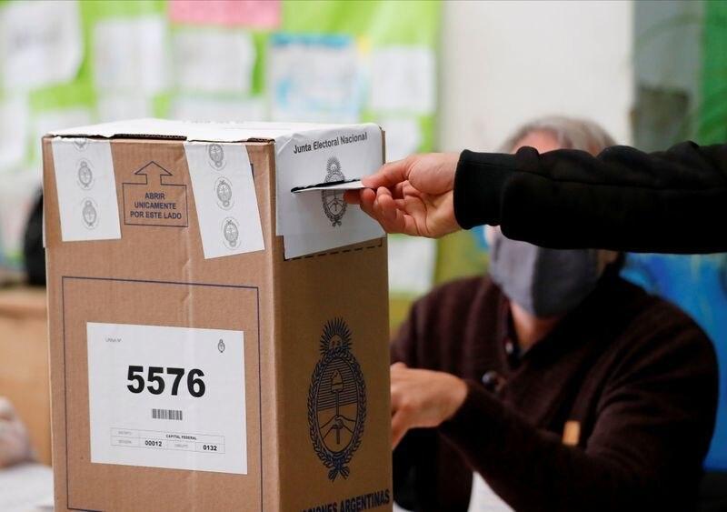 Un hombre pone su voto en una urna durante las elecciones primarias del domingo en Buenos Aires, Argentina. 12 sept, 2021. REUTERS/Agustin Marcarian