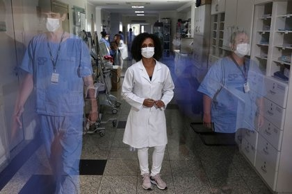 Jane Cristina Dias Alves, 43, una enfermera y voluntaria para el ensayo de la vacuna contra el  COVID-19 de AstraZeneca, posa en Sao Paulo, Brasil.  A diferencia de la vacuna de Pfizer, que requiere una refrigeración de 70 grados centígrados bajo cero, la desarrollada por la universidad británica de Oxford y la farmacéutica AstraZeneca puede conservarse en una nevera normal y suministrarse fácilmente (REUTERS/Amanda Perobelli)