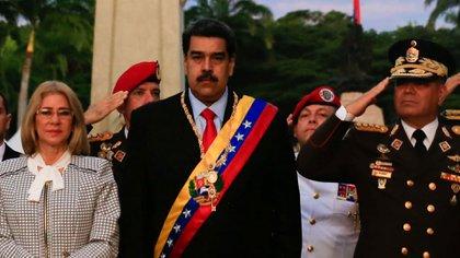 Nicolás Maduro junto a la primera dama, Cilia Flores, y comandantes militares durante una ceremonia por el 198 aniversario de la batalla de Carabobo el 24 de junio de 2019 (Reuters)
