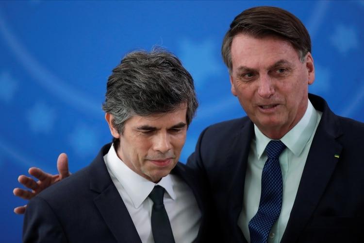 Jair Bolsonaro en la asunción del nuevo ministro de Salud de Brasil, Nelson Teich, este 17 de abril de 2020 (REUTERS/Ueslei Marcelino)