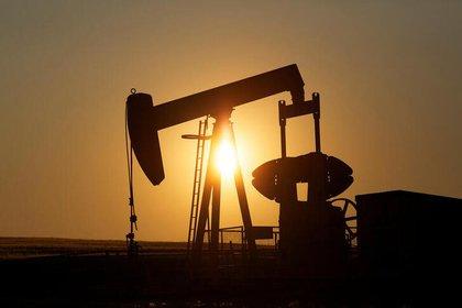 FOTO DE ARCHIVO: Bombeo de petróleo en un campo cerca de Calgary, Alberta, el 21 de julio de 2014. Las bombas extractoras se utilizan para sacar el petróleo crudo del suelo después de que se haya perforado un pozo. REUTERS / Todd Korol