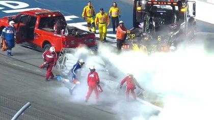 El personal llegó con matafuegos para apagar el incendio que se produjo en el vehículo (captura video)