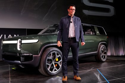 El fundador de Rivian, Robert Scaringe, junto al SUV R1S que saldría en 2021. REUTERS/Mike Blake - RC1B59CB1F10/File Photo