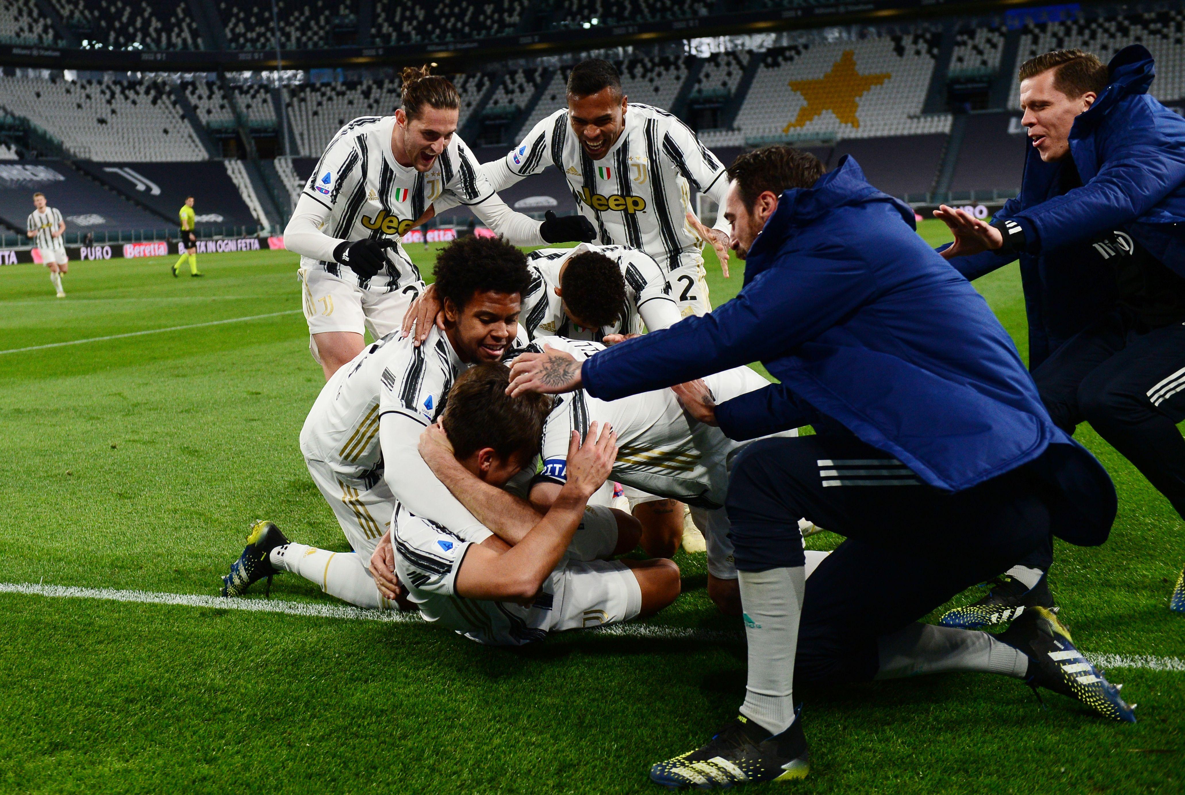 Compañeros dentro y fuera del campo corren a abrazar a Paulo Dybala luego de anotar el 2-0 (Foto: Reuters)