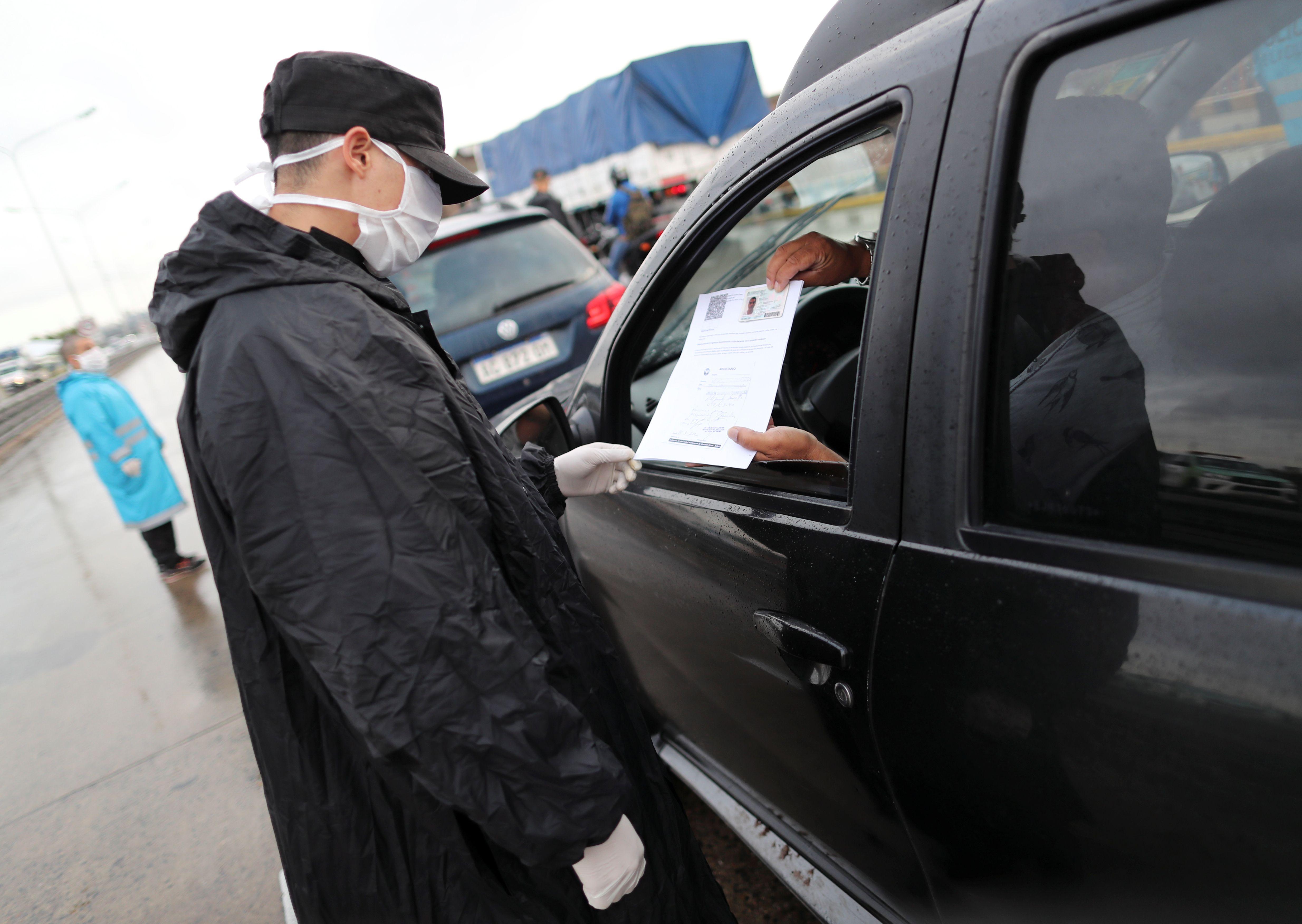El certificado es solo para algunas de las actividades exceptuadas que están dentro del decreto de necesidad y urgencia (REUTERS/Agustin Marcarian)