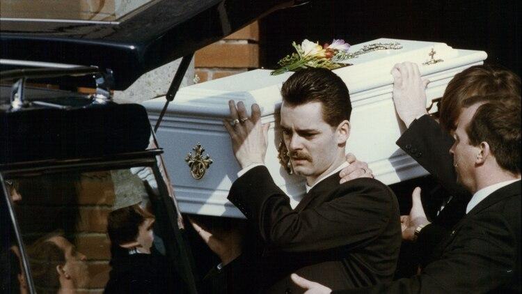 Ralph Bulger, padre de James, lleva el ataúd blanco de su hijito durante el funeral en Kirkby Merseyside (ANL/Shutterstock)