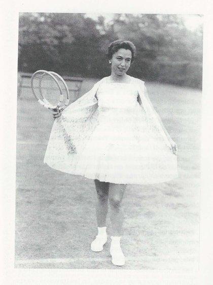 Mary Terán con uno de los modelos de Ted Tinling diseñados exclusivamente para ella