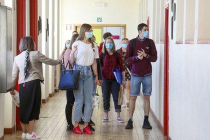 Alumnos con mascarilla en un instituto en Izel, Belgica.EFE/EPA/JULIEN WARNAND/Archivo