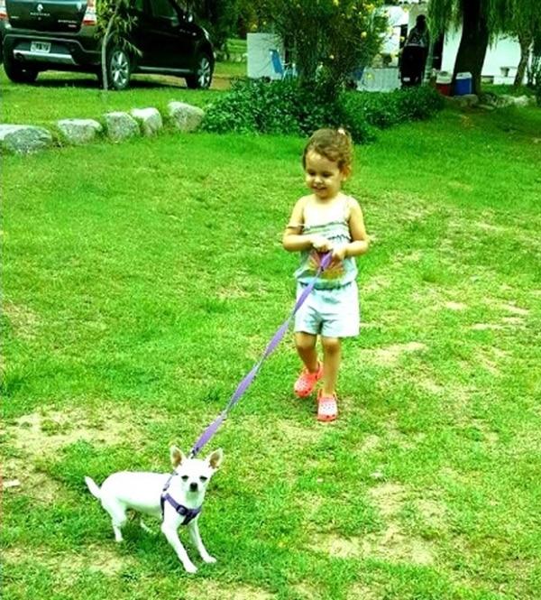 Candelaria, la sobrina de la modelo, y la simpática mascota que le devolvió un poco de alegría a la familia