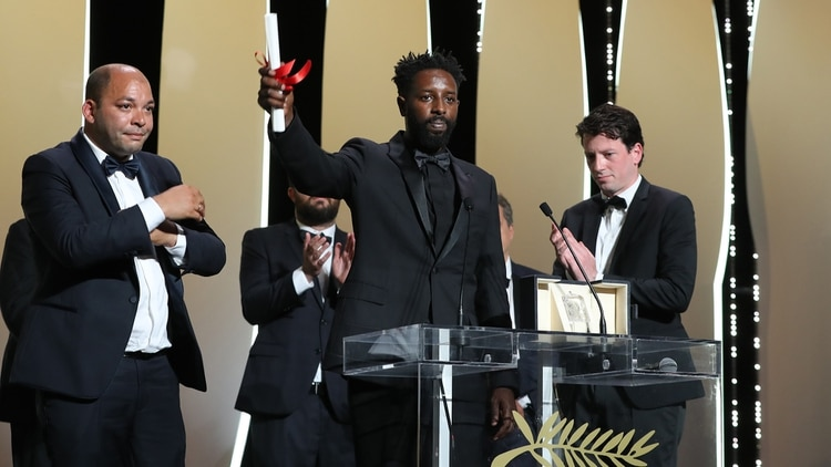 """El cineasta Ladj Ly celebra el Premio del Jurado en Cannes por su película """"Les Miserables (Photo by Valery HACHE / AFP)"""