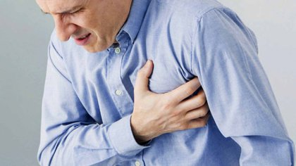 Ante un dolor persistente en el pecho por más de cinco minutos es importante consultar al médico (iStock)