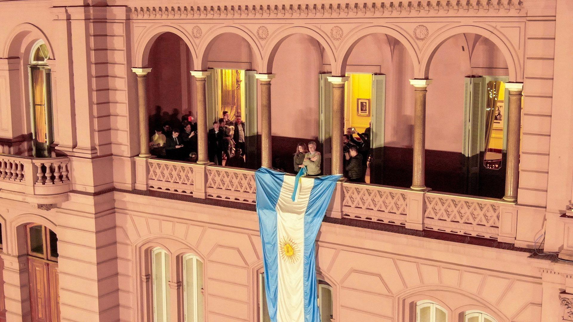 Macri y Awada en el balcón de la Casa Rosada (Thomas Khazki)