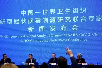 Peter Ben Embarek, miembro del equipo de la Organización Mundial de la Salud (OMS) encargado de investigar los orígenes de la enfermedad del coronavirus (COVID-19), en la conferencia de prensa del estudio conjunto de la OMS y China en un hotel de Wuhan, provincia de Hubei, China el 9 de febrero de 2021. (REUTERS)