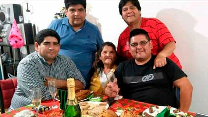 Fabián, José, Juan y Guillermo rodeando a Damiana, su madre. Excepto Fabián, todos se contagiaron Covid-19.