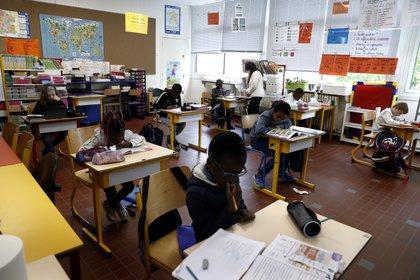 Aula de un colegio francés en Poissy, el pasado 5 de mayo. EFE/EPA/IAN LANGSDON / ARCHIVO