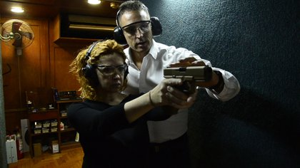 Andrea del Boca practicando tiro con el abogado Juan Pablo Fioribello (Teleshow)