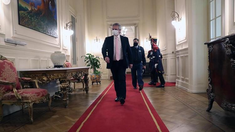Alberto Fernández camina hacia su despacho en la Casa Rosada. (Presidencia de la Nación)