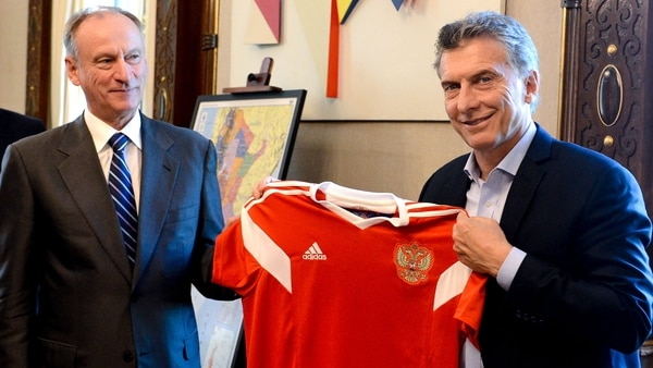 Un sonriente Mauricio Macri con el ex espía de la KGB Nikolai Pátrushev, cuando visitó en diciembre la Argentina. Intercambiaron comentarios sobre fútbol y hablaron sobre el futuro de la ciberseguridad en el país
