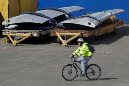 Un trabajador deja la fabrica de Boeing en Everett (REUTERS/David Ryder/archivo)