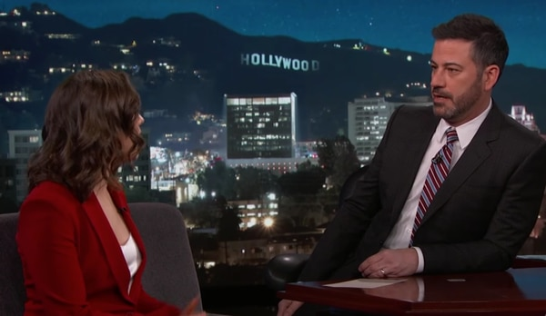 Maisie Williams con Jimmy Kimmel