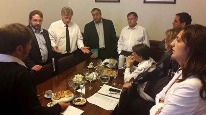 Referentes del massismo y el FpV se acercaron esta mañana al despacho de presidencia del Bloque Justicialista para debatir sobre Ganancias. Estaban casi todos los bloques, menos Cambiemos