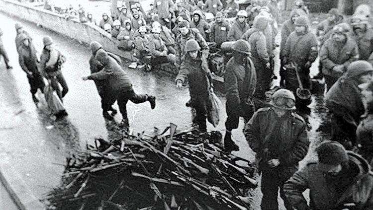 Imagen de la rendición de Malvinas: los soldados fueron despojados de sus armas y sus pertenencias. la guerra dejó 649 muertos argentinos, 255 soldados británicos y 3 isleños