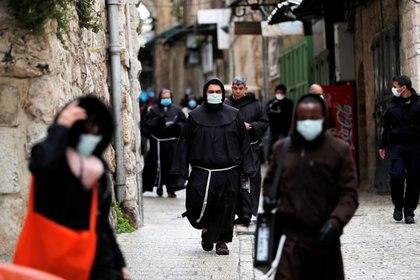 Líderes cristianos caminan por la Vía Dolorosa el Viernes Santo en la Ciudad Vieja de Jerusalén, el 10 de abril de 2020. (REUTERS/Ammar Awad)