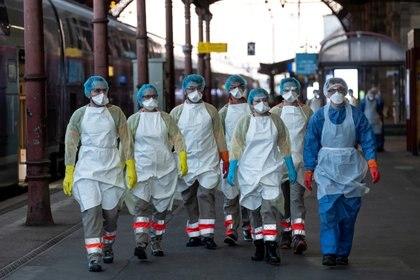 Staff médico en una estación de tren en Francia (Reuters)