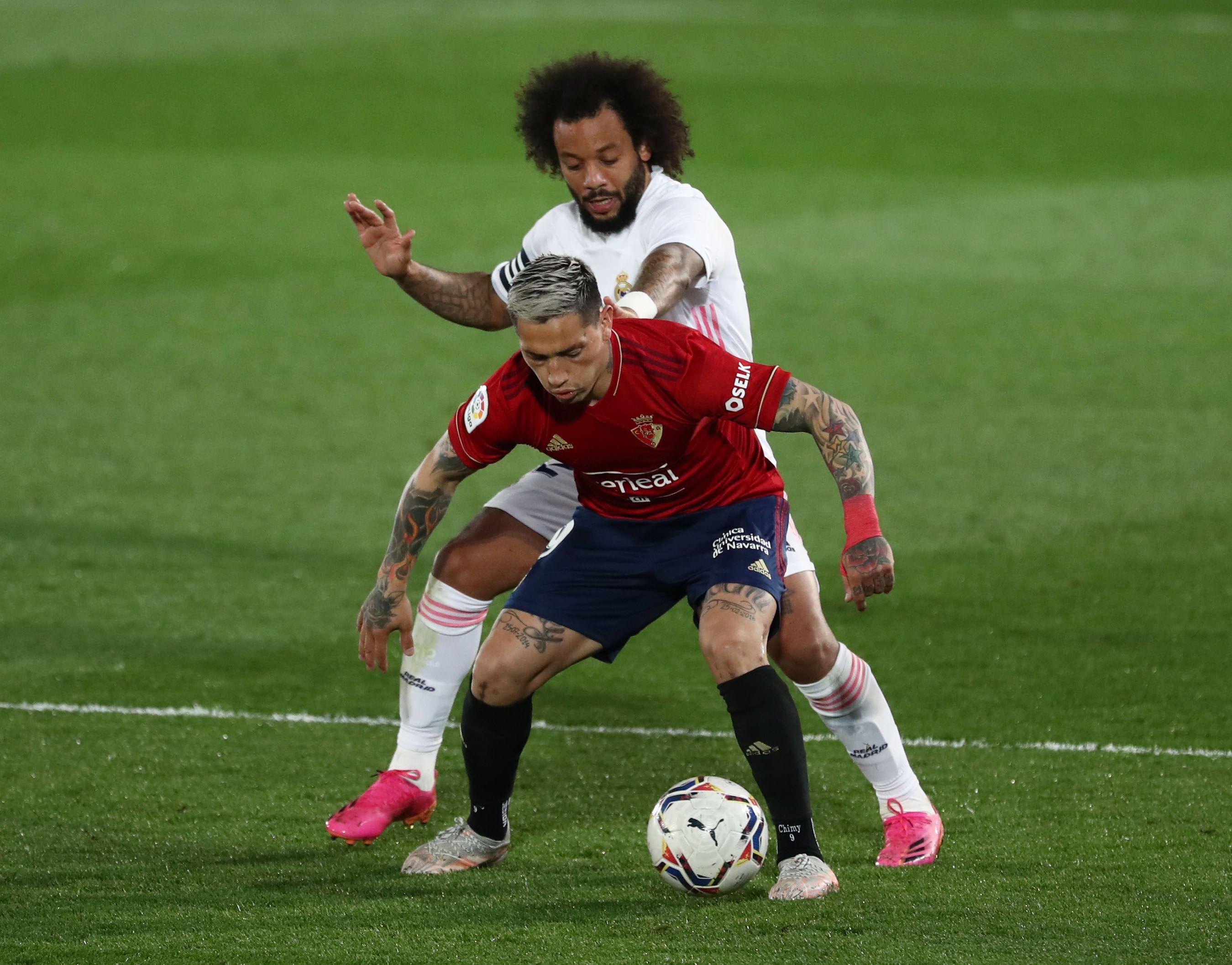 Ávila contra Marcelo, en el último Osasuna-Real Madrid por la liga española (Reuters)