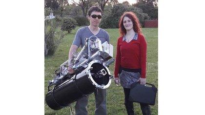 Ezequiel y Nadia posan con el prototipo de radar móvil