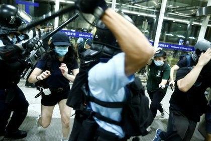 Choque policial con manifestantes antigubernamentales en el aeropuerto de Hong Kong. (REUTERS/Thomas Peter)