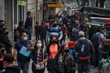 CIUDAD DE MÉXICO, 14ENERO2021.- Pesé al semáforo rojo por el número de contagios y hospitalizaciones en la Ciudad capitalinos continúan visitando las calles que se mantienen abiertas en el centro histórico FOTO: ANDREA MURCIA /CUARTOSCURO