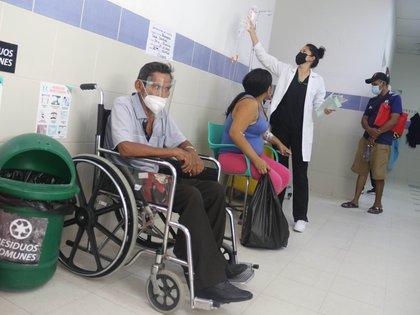 Pacientes son atendidos en los pasillos del Hospital El Bajío, en la ciudad de Santa Cruz (Bolivia). EFE/ Juan Carlos Torrejon