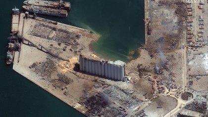 Desde lo alto del suelo, una imagen mostró los imponentes silos del puerto que estaban medio destruidos. (2020 Maxar Technologies / AFP)