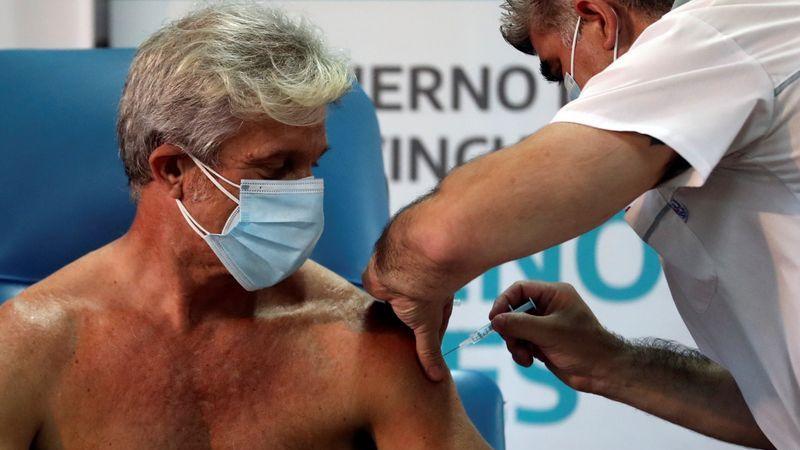 El doctor Emilio Macia, de 52 años, recibe una inyección de la vacuna Sputnik V (Gam-COVID-Vac) contra la enfermedad por coronavirus (COVID-19) en el hospital Dr. Pedro Fiorito de Avellaneda, en las afueras de Buenos Aires, Argentina. 29 de diciembre de 2020. REUTERS/Agustín Marcarián