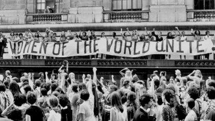 Reconocido oficialmente por las Naciones Unidas en 1975, el Día Internacional de la Mujer surgió por primera vez de las actividades de los movimientos laborales a principios del siglo XX en América del Norte y en toda Europa