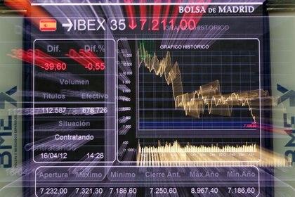 FOTO DE ARCHIVO: Un panel electrónico muestra el índice de referencia español Ibex-35 en el interior de la bolsa de Madrid, España, el 16 de abril de 2012. REUTERS/Paul Hanna