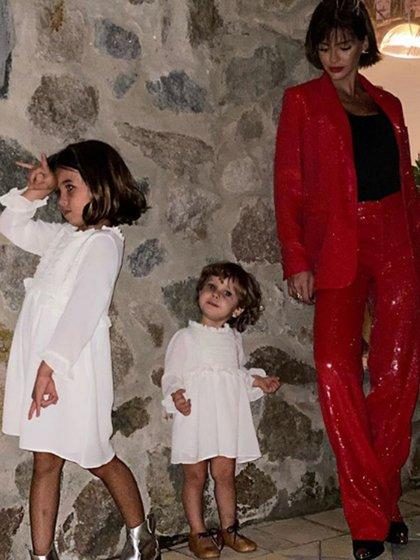 La China Suárez, junto a sus hijas Rufina y Magnolia, realiza las actividades escolares en su hogar