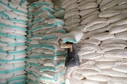 FOTO DE ARCHIVO. Un trabajador lleva un saco de harina de trigo en un centro de distribución de ayuda alimentaria del Programa Mundial de Alimentos, en Saná, Yemen. 11 de febrero de 2020. REUTERS/Khaled Abdullah