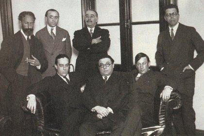 Quiroga (de pie, el primero de la izquierda), su amigo Leopoldo Lugones (con brazos cruzados), Baldomero Fernández Moreno (sentado, a la izquierda) y Alberto Gerchunoff (sentado, al centro)
