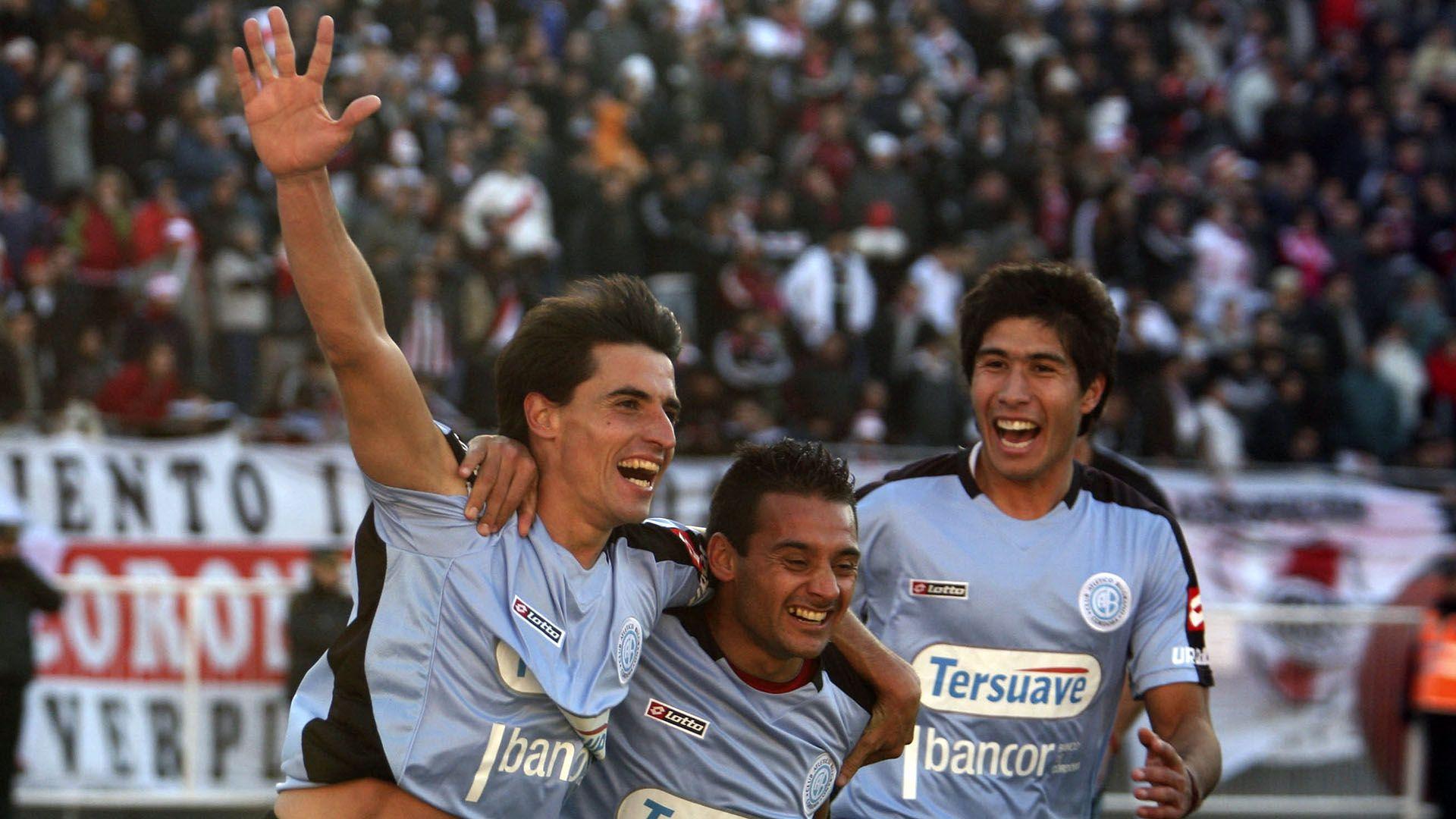 Picante Pereyra (centro) celebra el gol de Farré en cancha de River, el día que marcó el descenso del Millonario por primera vez en su historia (Foto Baires)