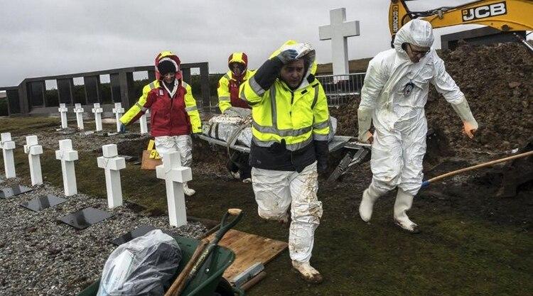 El Equipo Argentino de Antropología Forense participó con forenses de todo el mundo designados por la Cruz Roja Internacional de la exhumación de los cuerpos de los soldados no identificados en Malvinas
