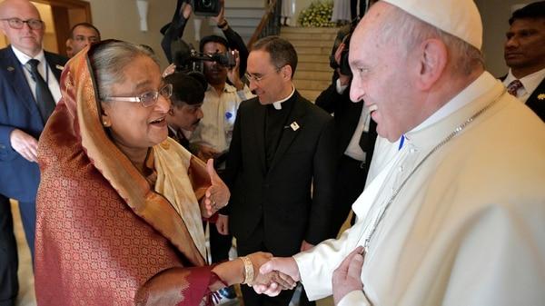 El papa Francisco saluda a la primer ministro de Bangladesh, Sheikh Hasina (Reuters)