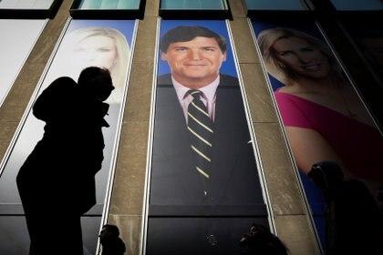 Un cartel promocional del comentarista Tucker Carlson en el edificio de News Corporation en Nueva York (REUTERS/Brendan McDermid)