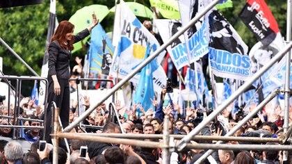 Cristina Kirchner en el escenario, durante su primer acto político en Comodoro Py por su situación judicial. (Adrián Escandar)